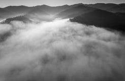 Dimmig panorama för landskap Fantastisk drömlik soluppgång på stenig moun Arkivbild