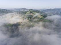 Dimmig panorama för landskap Fantastisk drömlik soluppgång på stenig moun Arkivbilder