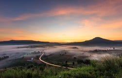 Dimmig sikt för landskap Fantastisk drömlik soluppgång på det steniga berget Arkivfoto