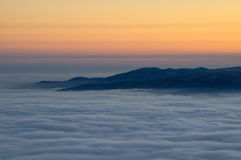Dimmig sikt från skojat bergmaximum kall dagvinter Liberec tjeckisk republik Arkivfoto