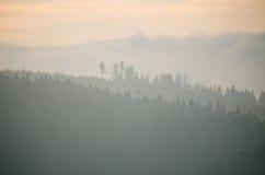 Dimmig sikt under solnedgången i kullar Arkivfoto