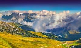 Dimmig solig morgon på den Val Gardena dalen royaltyfria bilder