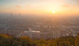 Dimmig soluppgång över Lyon Arkivfoton