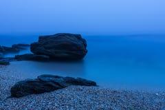 Dimmig soluppgång på den lösa stranden Kraimorie nära Burgas, Bulgarien Royaltyfri Fotografi