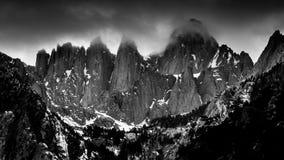 Dimmig svartvit sikt av Mt Whitney från Whitney Portal Road, Kalifornien arkivfoton