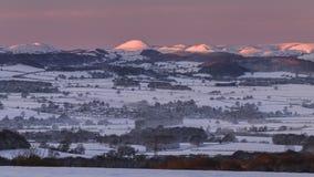 Dimmig vintermorgon i Shropshire kullar i UK arkivfilmer