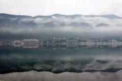 Dimmig weater på havet med bergreflexioner Royaltyfri Foto