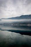 Dimmig weater på havet med bergreflexioner Royaltyfri Fotografi