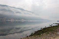 Dimmig weater på havet med bergreflexioner Royaltyfria Foton