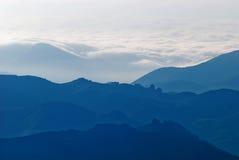dimmiga berg Arkivfoton