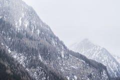 dimmiga berg Arkivfoto