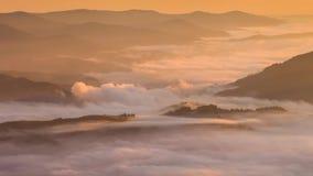 dimmiga berg för gryning härlig liggandefjäder lager videofilmer
