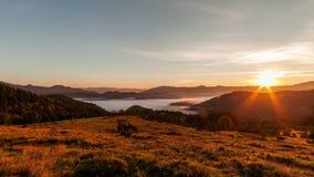 dimmiga berg för gryning härlig liggandefjäder arkivfilmer
