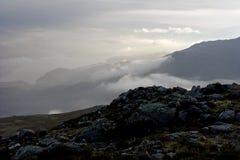 Dimmiga berg på gryning Arkivfoto