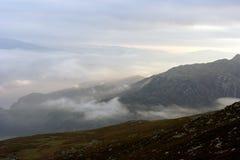 Dimmiga berg på gryning Fotografering för Bildbyråer