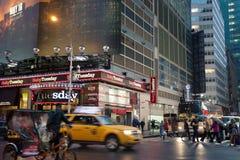Dimmiga Manhattan - kvadrerar närliggande tider för natttrafik, New York, midtownen, Manhattan royaltyfri fotografi