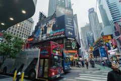 Dimmiga Manhattan - kvadrerar närliggande tider för natttrafik, New York, midtownen, Manhattan New York förenar tillstånd royaltyfri bild