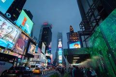 Dimmiga Manhattan - kvadrerar närliggande tider för natttrafik, New York, midtownen, Manhattan New York förenar tillståndet arkivfoton