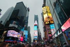 Dimmiga Manhattan - natttrafiktider kvadrerar, New York, midtownen, Manhattan New York förenar tillstånd fotografering för bildbyråer
