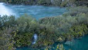 Dimmiga och dimmiga sjöar på gryning inom den färgrika Plitvice nationalparken i Kroatien royaltyfri foto
