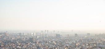 Dimmiga sikter av staden av Barcelona och medelhavet arkivbild