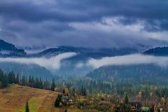 Dimmiga Tatras berg i Zakopane i höst, Polen Royaltyfri Fotografi