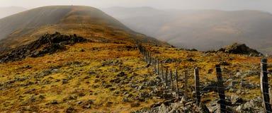 dimmigt berg för flygtur Arkivfoton