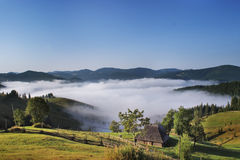 dimmigt berg för hus Arkivfoto