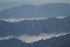 Dimmigt berg i den läderremPha Phum nationalparken Royaltyfria Bilder