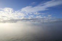 dimmigt hav Maritimt vädertema Hav som täckas av tät dimma Royaltyfri Bild