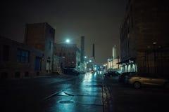 Dimmigt industriellt stads- landskap för gatastadsnatt royaltyfri fotografi