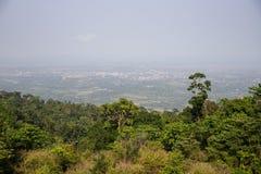 Dimmigt landskap av den tropiska skogen och den avlägsna staden Bokor kullesynvinkel i Cambodja Kambodjansk landturism arkivfoton