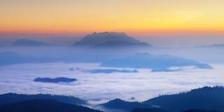 dimmigt morgonberg thailand för chaingmai Arkivfoton