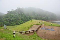 Dimmigt och regna i morgon på Pang Ung i Mae Hong Son Royaltyfri Bild
