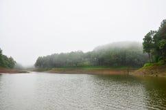 Dimmigt och regna i morgon på Pang Ung i Mae Hong Son Royaltyfri Foto