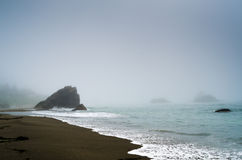 Dimmigt segla utmed kusten Fotografering för Bildbyråer