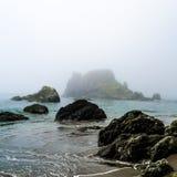Dimmigt segla utmed kusten Arkivbild