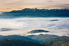 Dimmigt soluppgånglandskap från det Luban maximumet i Gorce berg Royaltyfri Bild
