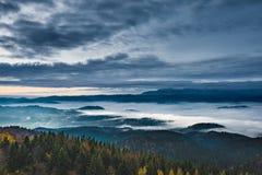 Dimmigt soluppgånglandskap från det Luban maximumet i Gorce berg Arkivbilder