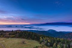 Dimmigt soluppgånglandskap från det Luban maximumet i Gorce berg Royaltyfria Bilder