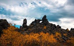 Dimmuborgir熔岩荒野临近冰岛的北部的湖Myvatn 免版税库存图片