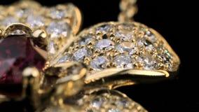 Dimondring met Robijn in gouden juwelen stock videobeelden
