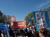 Dimostranti che marciano con i segni di diritto di voto Immagini Stock Libere da Diritti