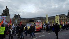 Dimostranti che salmodiano e che ondeggiano le bandiere immagini stock