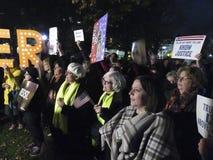 Dimostranti che vogliono conservare Mueller al parco di Lafayette immagini stock libere da diritti