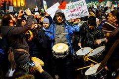 Dimostranti con i tamburi, Romania Immagini Stock