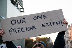Dimostranti di ribellione di estinzione sul ponte di Westminster, Londra fotografia stock libera da diritti