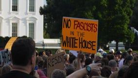 Dimostranti fuori dei segni della tenuta della Casa Bianca video d archivio