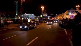 Dimostratori pacifici che accolgono passando i veicoli sul quadrato di città, azione pubblica archivi video