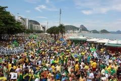 Dimostrazione in accusa di sostegno di Dilma Rousseff in Copacabana Fotografia Stock Libera da Diritti
